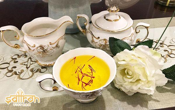 Uống trà nhụy hoa nghệ tây tốt cho sức khỏe, da đẹp mịn màng
