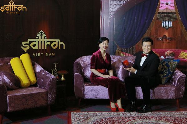 Nghệ sĩ Chiều Xuân và ca sĩ Minh Quân dùng nhụy hoa nghệ tây