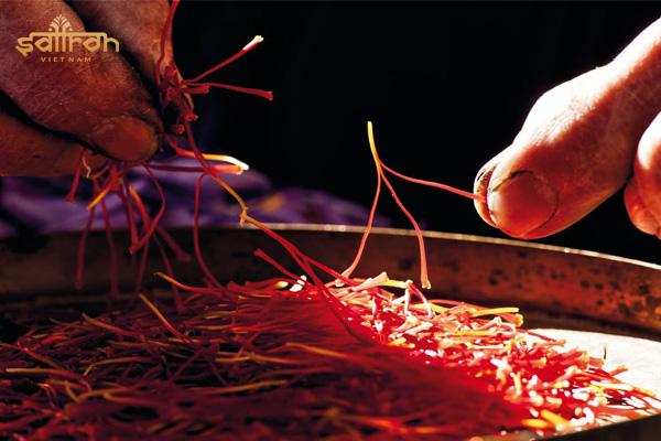Giá nhụy hoa nghệ tây cao vì được thực hiện hoàn toàn bằng tay