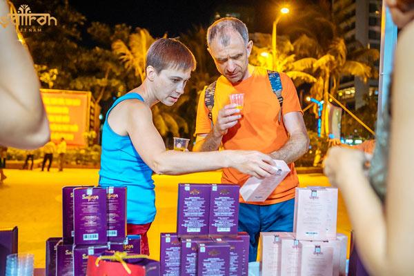 Du khách tham quan gian hàng Saffron VIETNAM
