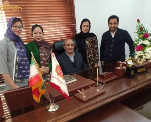 Hình ảnh bà Vũ Thanh Hòa bắt tay hợp tác với Giám đốc Bahraman Saffron Company tại trụ sở làm việc ở Iran