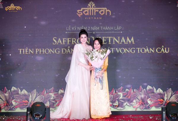 Á hậu Dương Tú Anh tặng hoa chúc mừng 2 năm thành lập Saffron VIETNAM