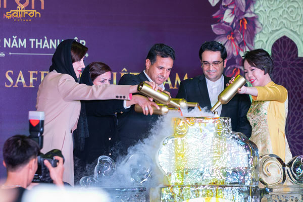 Đại diện Đại sứ quán Iran tại Việt Nam, đại diện công ty Gohar Saffron và Tổng giám đốc Saffron Việt Nam khai tiệc mừng 2 năm thành lập