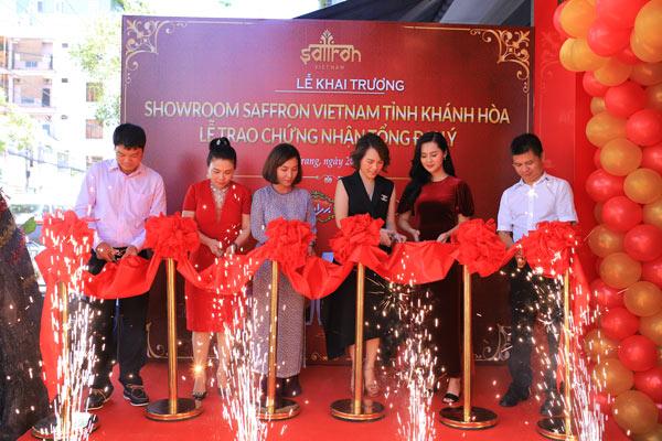 Đại biểu, khách mời cắt băng khánh thành khai trương showroom Saffron VIETNAM tỉnh Khánh Hòa