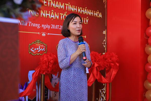 Chị Hồ Hoàng Ánh Tuyết, chủ nhân showroom phát biểu tại lễ khai trương