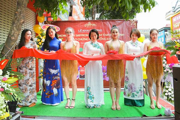 Đại biểu, khách mời cắt bằng khánh thành khai trương showroom Saffron VIETNAM tỉnh Thái Bình