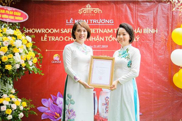 Đại diện Saffron VIETNAM trao chứng nhận tổng đại lý cho showroom Thái Bình
