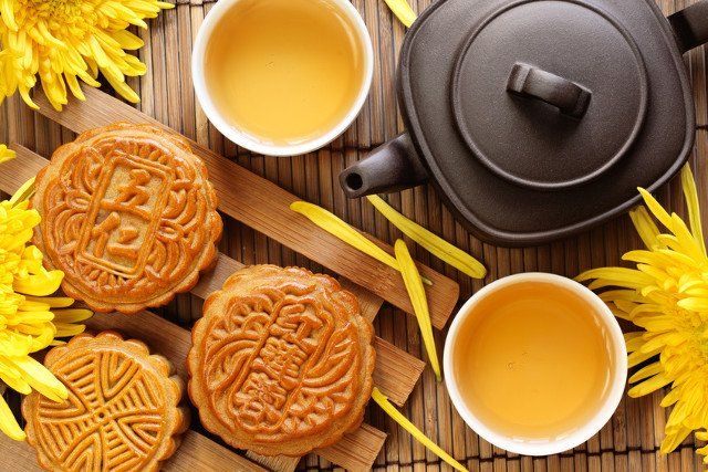 Uống trà trung thu khi ăn bánh